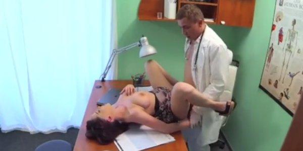 Erotske priče: Vrlo ste nestrpljivi da me pojebete, doktore!